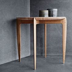 Objects - Tray table I The elegant tray table was designed and crafted in 1958 by Willumsen & Engholm. They were both excellent cabinetmakers working at Fritz Hansen and the table proves that they were also talented designers. Contemporary Furniture, Luxury Furniture, Furniture Decor, Furniture Design, Japanese Furniture, Furniture Online, Plywood Furniture, Fritz Hansen, Living Room Decor