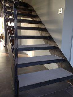 Alliance du beton cire et du metal pour cet escalier contemporain qui habille le salon Pose Parquet, Brest, Stairs, Metal, Home Decor, Surfboard Wax, Rennes, Stairway, Decoration Home