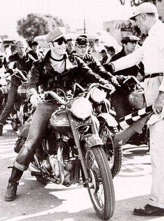Marlon Brando Triumph motorcycle Motos Vintage, Vintage Bikes, Vintage Motorcycles, Vintage Cars, Retro Bikes, Marlon Brando, Photo Truquée, Photo Star, Triumph Thunderbird