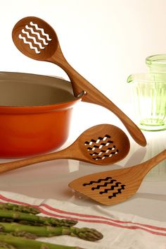 Lazy Spoon® invented by JONATHAN  -  Beautiful hand carved wooden spoons, tongs, accessories