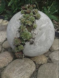 amazing ideas with cement 40 Amazing Succulents Garden Decor Ideas 40 amazing Succulent Garden Decor Ideas You are in the right place about Garden Art Here we Cement Garden, Cement Planters, Metal Garden Art, Metal Art, Concrete Garden Ornaments, Concrete Cement, Concrete Projects, Jardin Decor, Garden Spheres