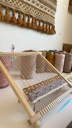 Weaving Loom Diy, Weaving Art, Tapestry Weaving, Hand Weaving, Macrame Wall Hanging Diy, Weaving Wall Hanging, Macrame Patterns, Weaving Patterns, String Crafts