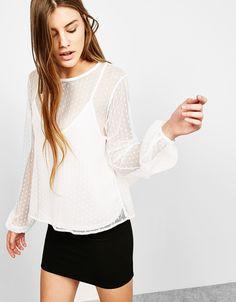 Camiseta plumetti top interior. Descubre ésta y muchas otras prendas en Bershka con nuevos productos cada semana