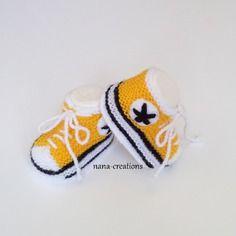 d4e64a3367bcf Chaussons bébé forme baskets tricotés main en laine jaune soleil et blanc 0 3  mois