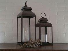 Metalen windlicht lantaarn in 2 afmetingen. Inclusief glas.Afmeting: 18 x 18 cm, hoogte 44 cm en 21 x 21 cm, hoogte 58 cm Bezoek onze webshop voor meer woondecoratie