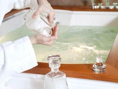Môjmu manželovi poradil známy doktor aby som si nohy ponorila do vody s jedlou sódou. Po niekoľkých minútach som zistila, že to čo tvrdil naozaj funguje!   Báječné Ženy Bath Caddy, Medicine