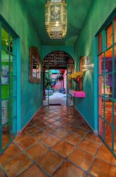Low Budget Home Decoration Ideas Info: 3471278742 Mexican Style Homes, Mexican Home Decor, Spanish Style Homes, Mexican Interior Design, Interior And Exterior, Color Interior, Dark Interiors, Colorful Interiors, Mexican Colors