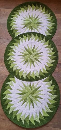 Seasonal Table Runner, Quiltworx.com, Made by Manuela Ehrke Table Runner And Placemats, Table Runner Pattern, Quilted Table Runners, Purple Christmas Tree, Christmas Runner, Christmas Quilting, Coastal Christmas, Christmas Crafts, Knitted Heart Pattern