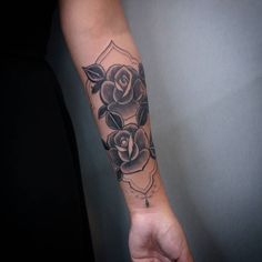Tatuagem por Antonio Medeiros @antoniomedeiros011 #studiotat2 #galeriadorock #tat2tattoo #rosa #fineline #blackwork #tattoo2me #saopauloink