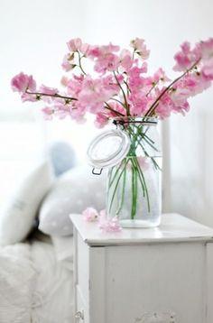 Durf voor atypische vazen te kiezen zoals een grote bokaal of een oude waterkan.