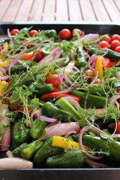 Buntes Ofengemüse, je nach Jahreszeit im Backofen geröstetes Gemüse, perfekt zu Pasta, Reis, Fleisch, Quark usw. Und hier ist das Rezept http://wolkenfeeskuechenwerkstatt.blogspot.de/2012/06/schollenfilet-aufgeschlagener-butter.html