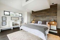 la suite parentale de couleur taupe, tapis beige, sol en parquette foncé, murs blancs