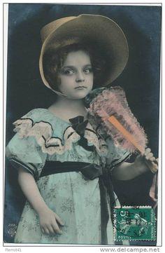 ENFANTS - LITTLE GIRL - MAEDCHEN - Jolie carte fantaisie portrait fillette avec chapeau et éventail
