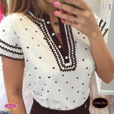 Meninas, essa blusinha é cheia de detalhes lindos: decote com botões em pérola e estampa romântica. @luluchicriopreto @lulushowroom #blusinha #p&b