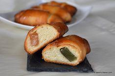 Cornuri de post cu rahat. Cornuri pufoase si rumene, insiropate, umplute cu rahat. Cornurile se pot umple si cu gem, cacao sau cu nuca, alune etc. La final sunt insiropate cu sirop cald si vanilat. Cornurile de post cu rahat sunt cornuri usoare, pufoase, o alternativa de post a cornurilor obisnuite care, ca orice aluat … Croissant, Pretzel Bites, Baked Potato, Gem, Bread, Baking, Ethnic Recipes, Desserts, Food