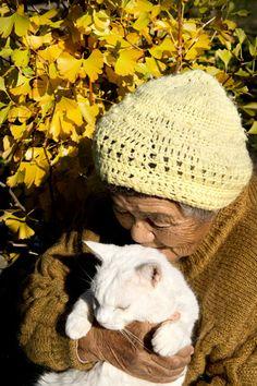 Misao and Fukumaru the Cat (Photo by Miyoko Ihara)