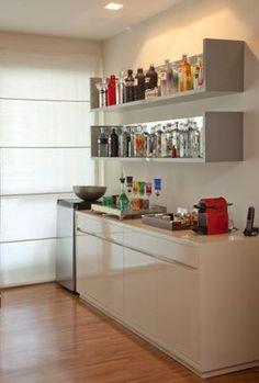 """Este bar integra uma casa 127 m², localizada na Vila Olímpia (São Paulo) e reformada pelo escritório Priolli Galuppo, de Marina Priolli e Vanessa Galuppo, para melhor acomodar um casal com dois filhos. O bar foi inserido como parte complementar da sala de estar. """"O cliente tem uma coleção de vodcas Absolut de vários modelos de garrafa, sabores e sempre gostou de deixá-las expostas, mas não tinha um lugar pensado para isso. Criamos um espaço que também tem uma adega e copos de vinho, é bem…"""