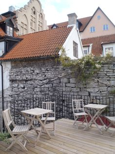 Enjoy breakfast in the shade of the Visby town wall. www.visbyvandrarhem.se