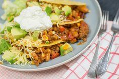 Chili con carne uit de slowcooker is het ultieme comfortfood. Lekker met rijst maar nog véél beter met tacoshells en extra toppings.