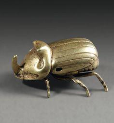 Amulette représentant un scarabée rhinocéros, les détails anatomiques