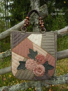 Love the crazy style patchwork and the ruched flowers. Ulla's Quilt World: Patchwork bag, flowers + pattern - quilt Japanese Patchwork, Patchwork Bags, Quilted Bag, Hanging Quilts, Quilted Wall Hangings, Quilted Baby Blanket, Pouch Pattern, Denim Bag, Fabric Bags