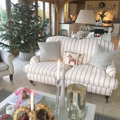 It's always so sad to say goodbye to the Christmas decorations, but we've enjoyed them throughout December and I always look forward to a fresh clean start for the beginning of a fresh new year....xx #newyear #freshstart #interior_and_living #interiorforinspo #interior #home #oakframe #house #countryliving #countrylife