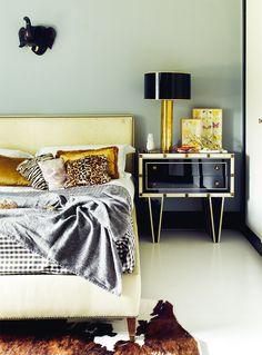 La casa de Laura Ponte El dormitorio de Laura con su cama hecha a medida de cuero crema y tachuelas. Mesita y lámpara de El 8, cojines ABC Carpets & Home y con calavera, de Julia Martínez. En la pared, un elefante comprado en un mercadillo de artesanías.