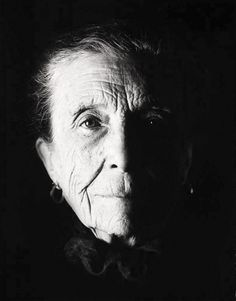 Louise Bourgeois photo portrait, by David Seidner, 1992 Louise Bourgeois, Portraits, Famous Artists, American Artists, Chiaroscuro, Portrait Photography, Photoshop, Black And White, Beautiful