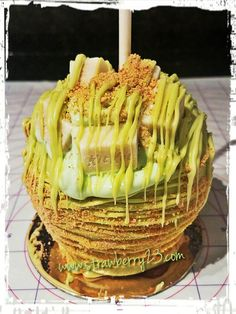 Key lime cheesecake stuffed apple dipped in caramel and chocolate covered! Key Lime Cheesecake, Apple Cheesecake, Chocolate Covered Apples, Caramel Apples, Fruit Recipes, Apple Recipes, Colored Candy Apples, Delicious Desserts, Yummy Food