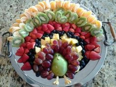 Vegan Turkey :-) or just a really cute fruit display for Thanksgiving! Just cut up fruit (as necessary), then lay out the fruit as shown in the picture starting with the pear (may want to dip in lemon juice to prevent browning for the pear and apple). Thanksgiving Fruit, Thanksgiving Parties, Thanksgiving Appetizers, Thanksgiving Recipes, Fall Recipes, Holiday Recipes, Thanksgiving Decorations, Fun Appetizers, Thanksgiving Pictures