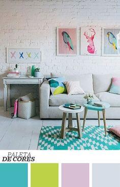 Com fundo e piso branco, essa decoração tem tons em candy color: quadros, almofadas, banquinho e até detalhes, como objetos de mesa. O tapete geométrico é também destaque na sala de estar. Quer mais dicas? Clique na foto!: