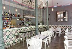 Amasia en Madrid, Madrid. De madre asiática y padre americano, la cocina de este restaurante no conoce fronteras. A medio camino entre dos continentes, Amasia triunfa por sus arriesgadas mezclas de sabores: tacos, chipotle, pad Thai, hamburguesas, rollitos vietnamitas...