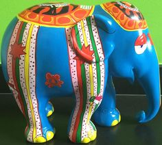 Grand Éléphant de parade III, bleu. Modèle XL. Polyester sculpture signed Numbered and justified in felt pen EA 7/13, dated 2007 Size 35 x 28 x 17 cm Weight : 3 Kg v 1100 € 25 9 16