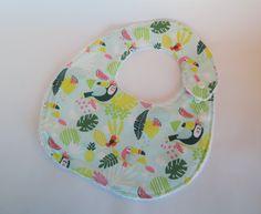 Bavoir bébé taille 0 - 12 mois - thème toucans 11,00 euros  A retrouver sur ma boutique : https://lesbobinettes83.patternbyetsy.com
