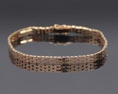 Armbånd af 14 kt guld i murstensmønster. Længde: ca 19 cm. bredde ca 4,8 mm. Vægt: ca 11 gr