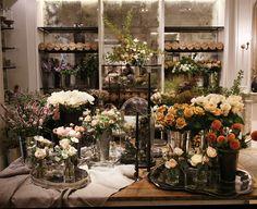 7 best local flower shops across the country with beautiful design - archit Diy Design, Shop Interior Design, Floral Design, Design Garage, Homemade Black, Layout, Shop Window Displays, Architectural Digest, Visual Merchandising