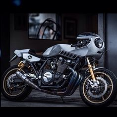The Mighty Eau Rouge XJR1300 is at Deus Tokyo for one more week. Go stare it in the eye before it goes!  DEUS EX MACHINAとイタリアのYAMAHAがタッグを組んだ プロジェクト  オールージュ カスタムXJR1300 期間限定展示 デウス原宿店で12/23(tue)までの 期間限定展示車種となりますので 是非この機会にDeus 原宿店でご覧下さい。 Come see the Eau Rouge now up close and personal at Deus Ex Machina Harajuku! The Yamaha XJR1300 Project X creation by Deus Ex Machina Italy made it over to Japan for the opening festivities at The Residence of Impermanence. Only here for one more week before…