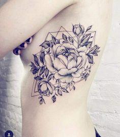 Tatouage femme Rose Noir et gris sur Ventre                                                                                                                                                                                 Plus