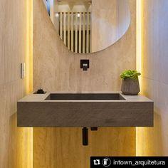 Valopeilin voi toteuttaa myös siten että valo sijoitetaan rakenteeseen. Valotehon säätely onnistuu tällä tavalla paljon helpommin kuin peiliin integroidulla valaisimella.  #allas #valopeili #musta #vessa #wc Decor, Furniture, Bathroom Lighting, Lighted Bathroom Mirror, Home Decor, Bathroom Mirror, Bathroom, Bathtub, Mirror