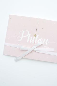 Geboortekaartje voor een klein prinsesje. Leuk voor een meisje door het zachtroze en de gouden stippen en kroon - ontwerp van deze tweeluik door Leesign - www.leesign.nl #geboortekaart #geboortekaartjes #leesign #philou #kroontje #stippen #dots #meisje