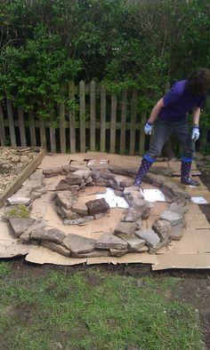 Making a Herb Spiral (With images) Herb Spiral, Spiral Garden, Herb Garden, Vegetable Garden, Back Gardens, Outdoor Gardens, Outdoor Landscaping, Small Space Gardening, Growing Herbs