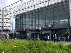 Reizigers in en rondom Station Sloterdijk genieten van de zomers weer. Hannes en Rico. MM1A