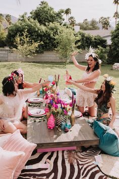 Coachella Inspired Bachelorette junggesellinnenabschied, Featured on Green Wedding Shoes: in Palm Springs, Ca Palm Springs, Coachella, Aloha Party, Bacherolette Party, Party Time, Bachelorette Party Decorations, Bachelorette Ideas, Picnic Party Decorations, Poses References