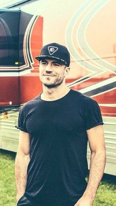 Sam Hunt ❤The way she fit in them blue jeans, she don't need no belt  Got hips like honey, so thick and so sweet❤