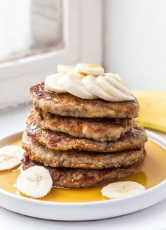 Banana Pancakes drizzled with maple syrup - delicious! Recipe by one of our favourites - Deliciously Ella. Pumpkin Pancakes, Vegan Pancakes, Breakfast Pancakes, Banana Pancakes, Breakfast Recipes, Dessert Recipes, Vegan Breakfast, Breakfast Ideas, Desserts