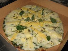 Pizza 4Formaggi: Pesto, mozzarella, queso andino, roquefort, parmesano, albahaca, alcaparras, romero y aceite de oliva
