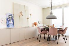 WEER VERLIEFD OP JE HUIS • met een ronde tafel in de eetkamer creëer je een gezellige sfeer. Bekijk hier de make-over | Round table with pink chairs |  Gezien op tv: aflevering 4, seizoen 10 'Weer verliefd op je huis' | Fotografie Barbara Kieboom | Styling Frans Uyterlinde #eetkamer #diningroom Brown Leather Recliner Chair, Outdoor Tables And Chairs, Beach House, New Homes, Dining Room, Pink Chairs, Furniture, Eindhoven, Key