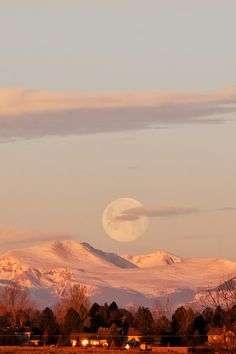 Full moon at sunrise - Colorado, USA (by dcstep)