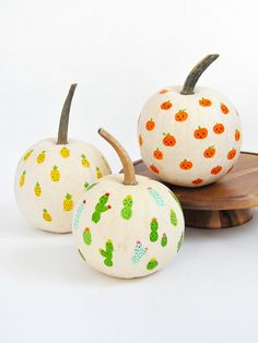 These painted fingerprint pumpkins are perfect to make with little ones this Halloween!