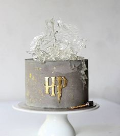stunning Harry Potter themed wedding cake Magical Harry Potter Wedding Ideas to Try - So who's the Harry Potter superfan? Who doesn't love Harry Potter I mean? If you're planning a Harry Potter themed wedding, both adults and kids. Harry Potter Torte, Harry Potter Wedding Cakes, Harry Potter Bday, Harry Potter Birthday Cake, Harry Potter Food, Harry Potter Theme Cake, Cake Designs For Kids, New Birthday Cake, 30th Birthday